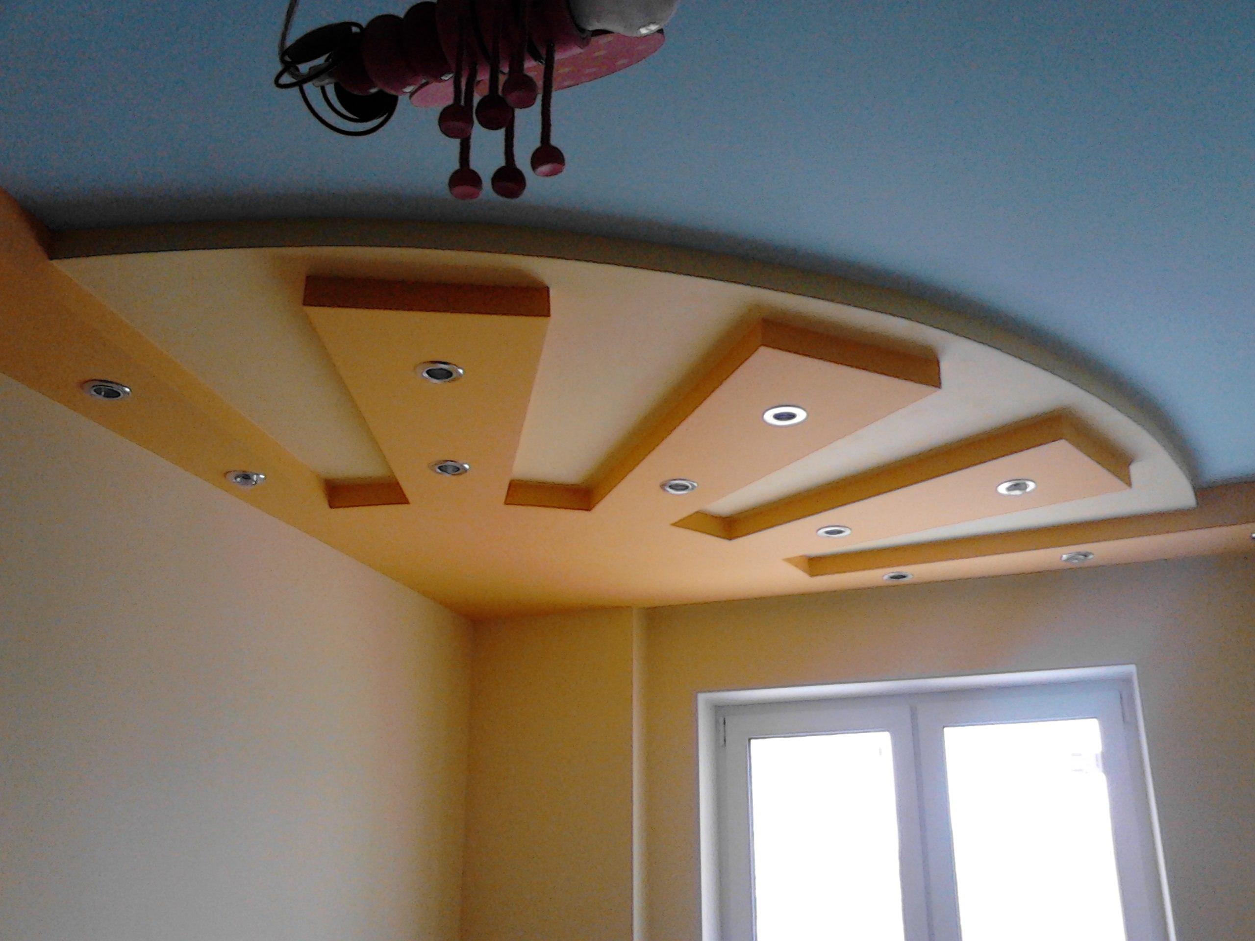Желтый фигурный потолок