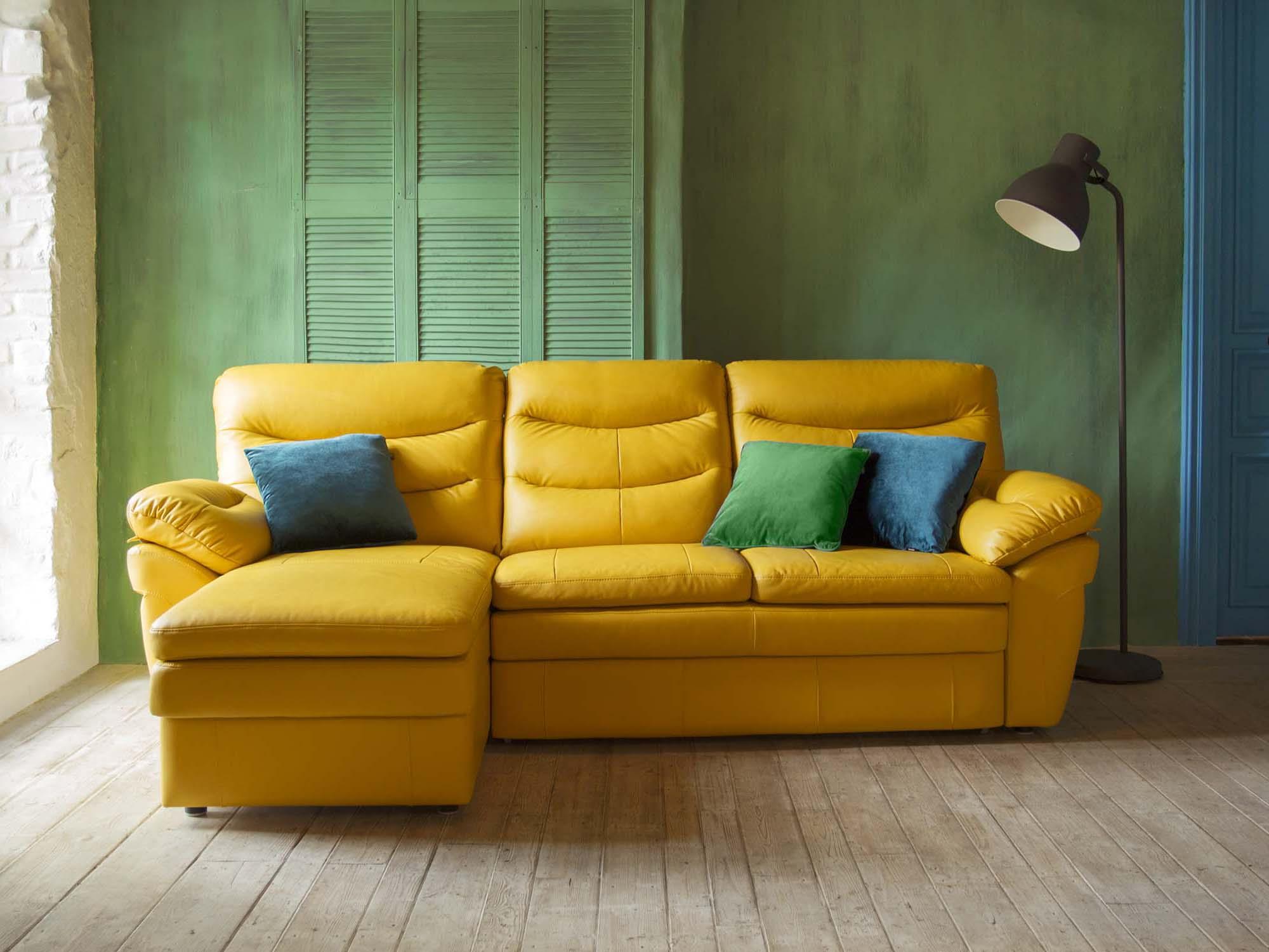 Перетяжка дивана кожей желтого цвета