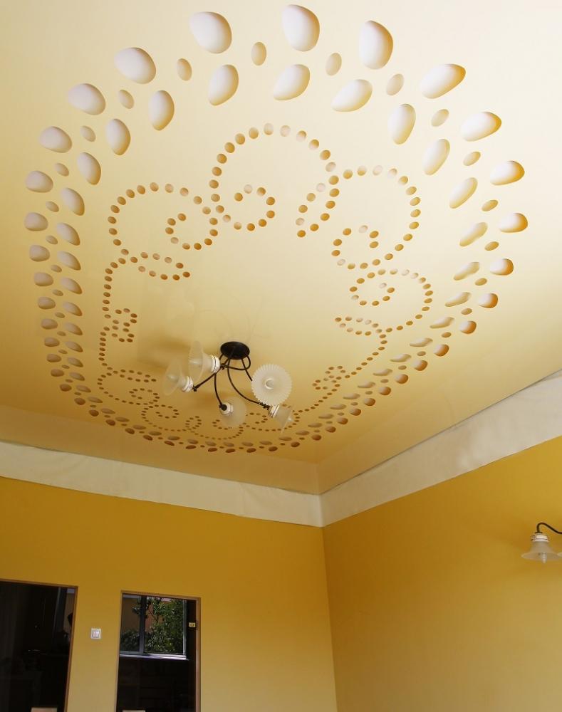 Резной натяжной желтый потолок