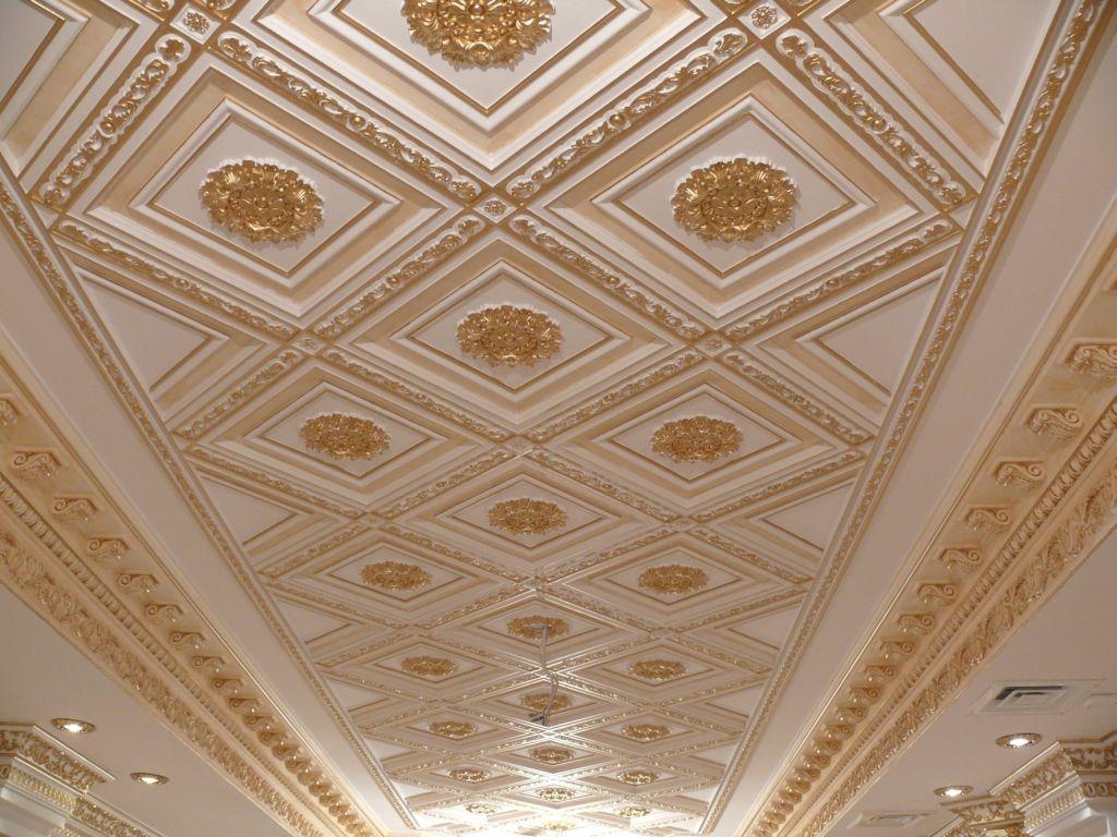 Золоченая лепнина на потолке