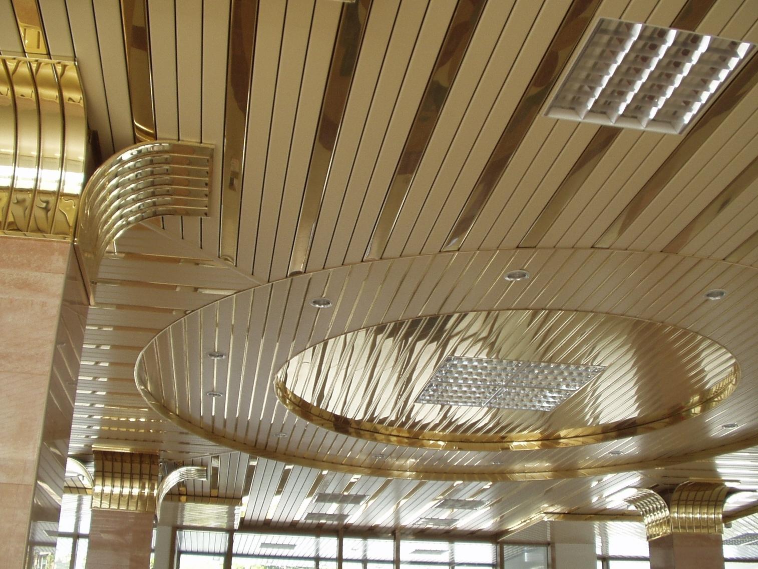 Панели под золото на потолке
