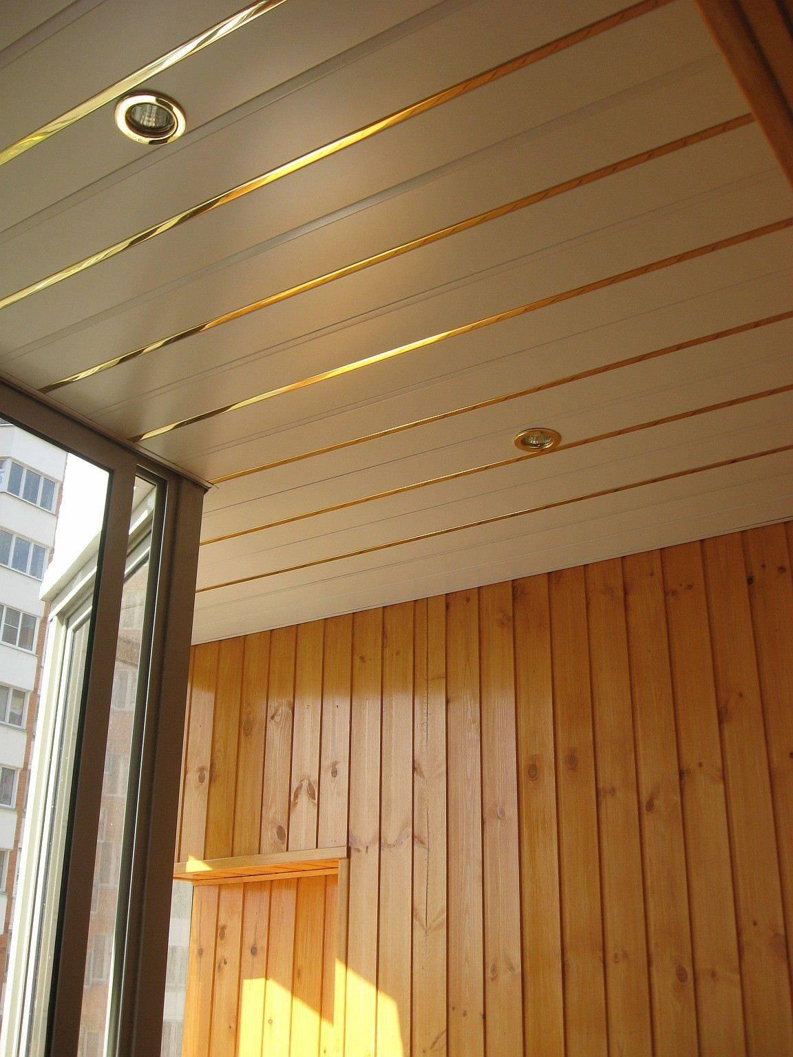 Потолок из панелей ПВХ с золотым краем