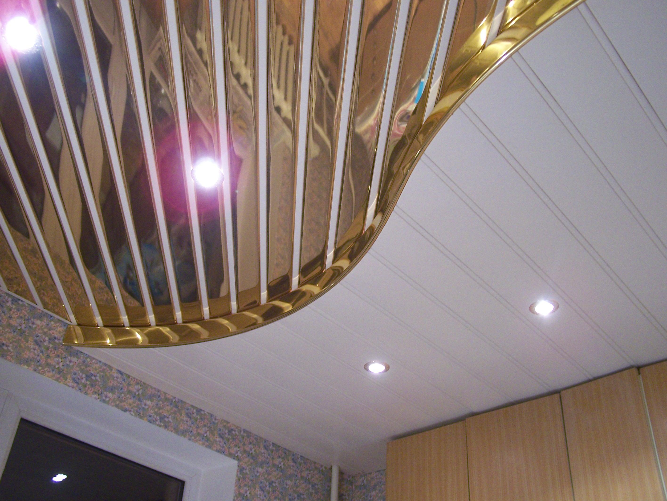 Потолок из панелей ПВХ под золото
