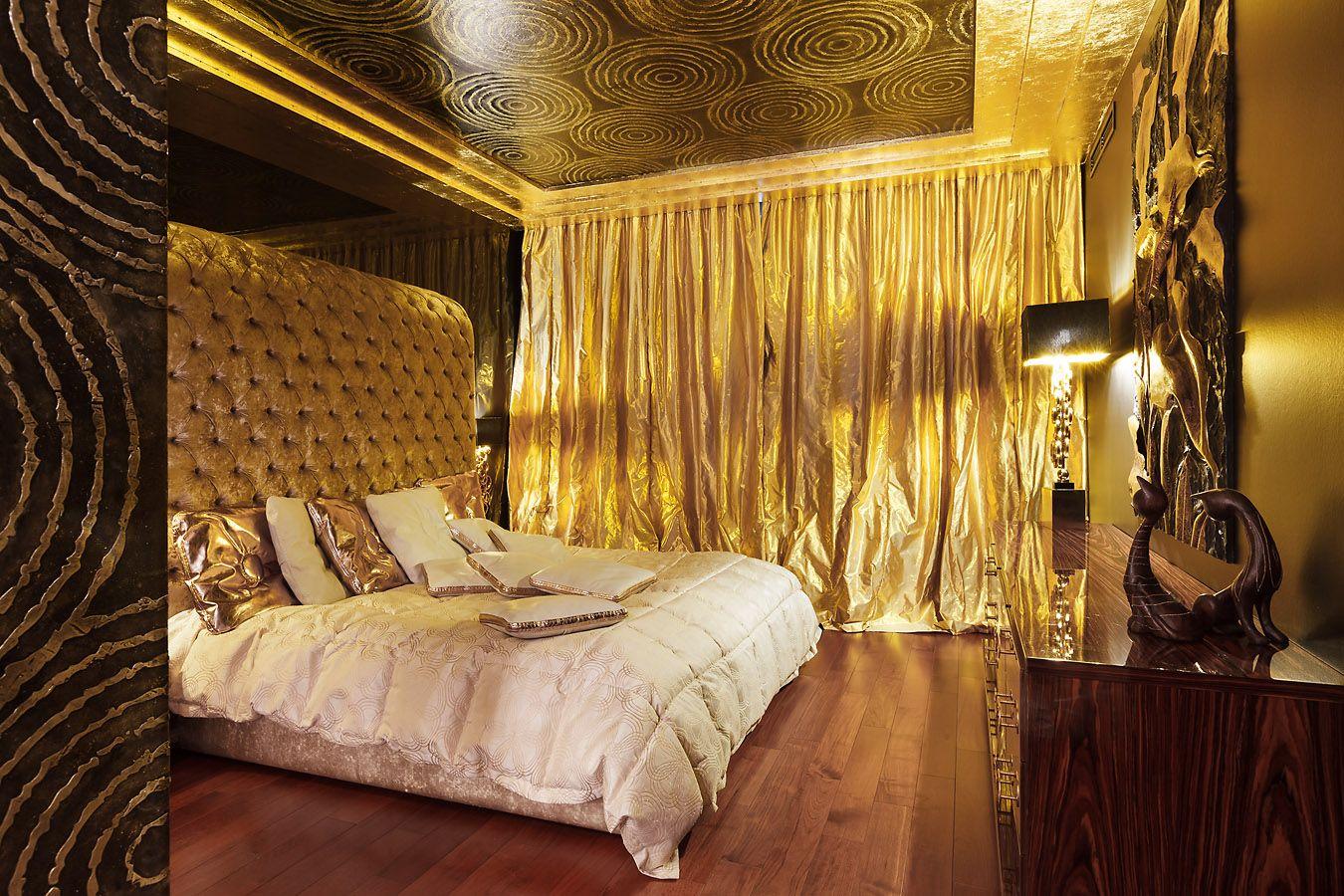 Золотой натяжной потолок в спальне