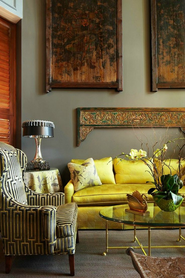Желтый диван с атласной обивкой