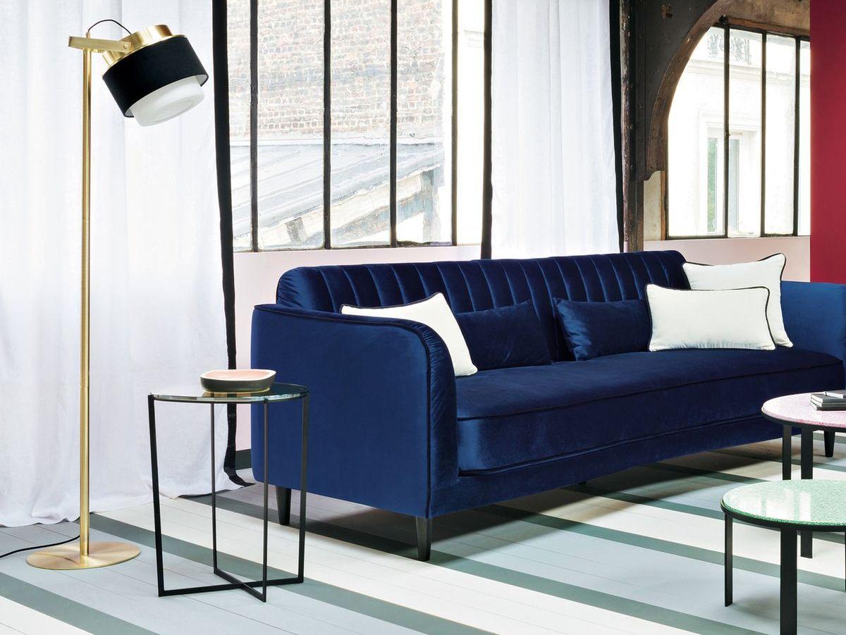 Синий диван с атласной обивкой