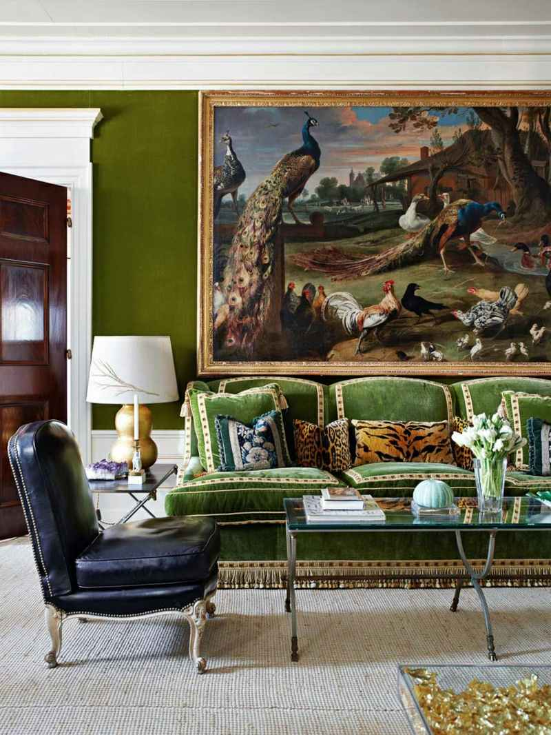 Зеленый диван с бахромой