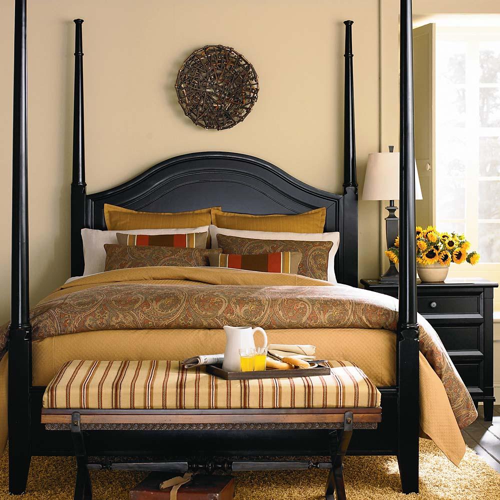 Кровать черного цвета с балдахином