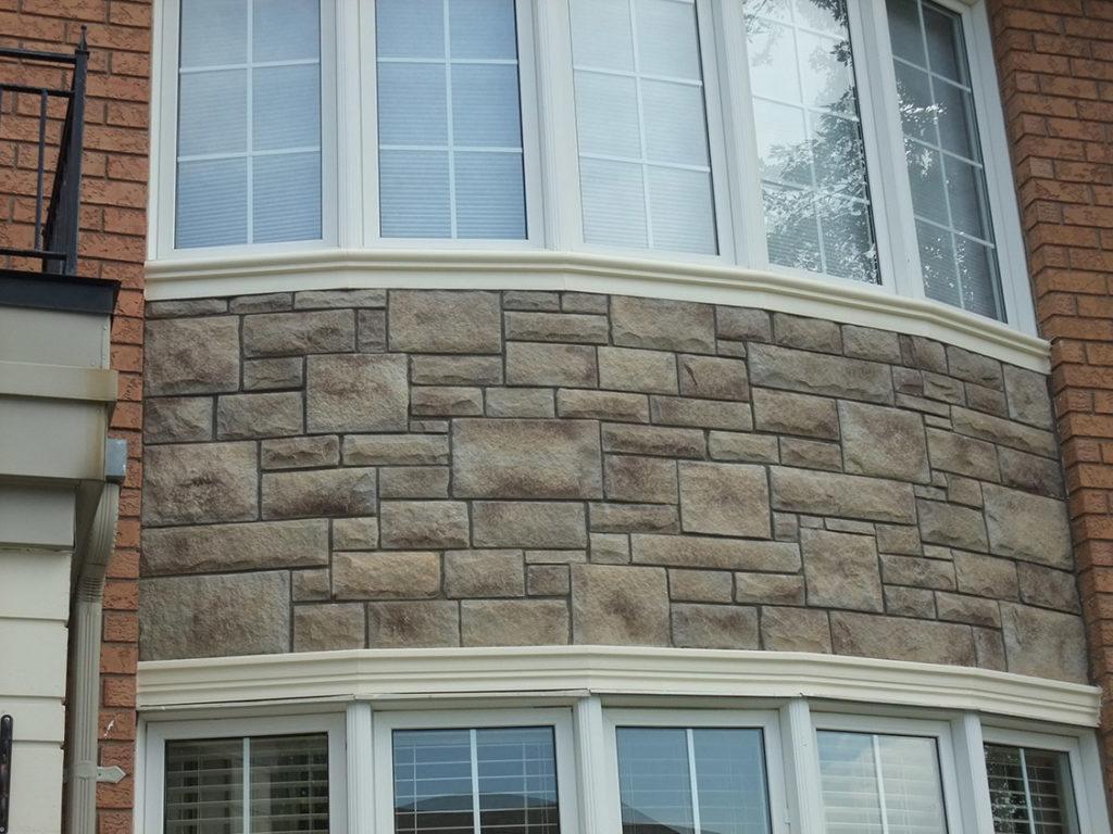 Балкон, облицованный камнем