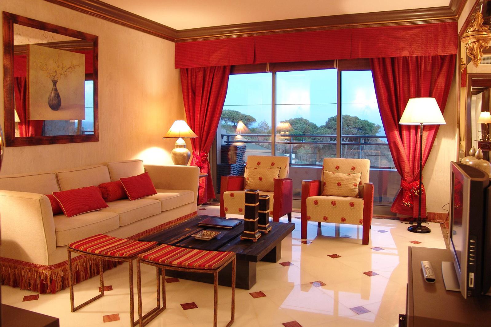 Красные шторы с бандо