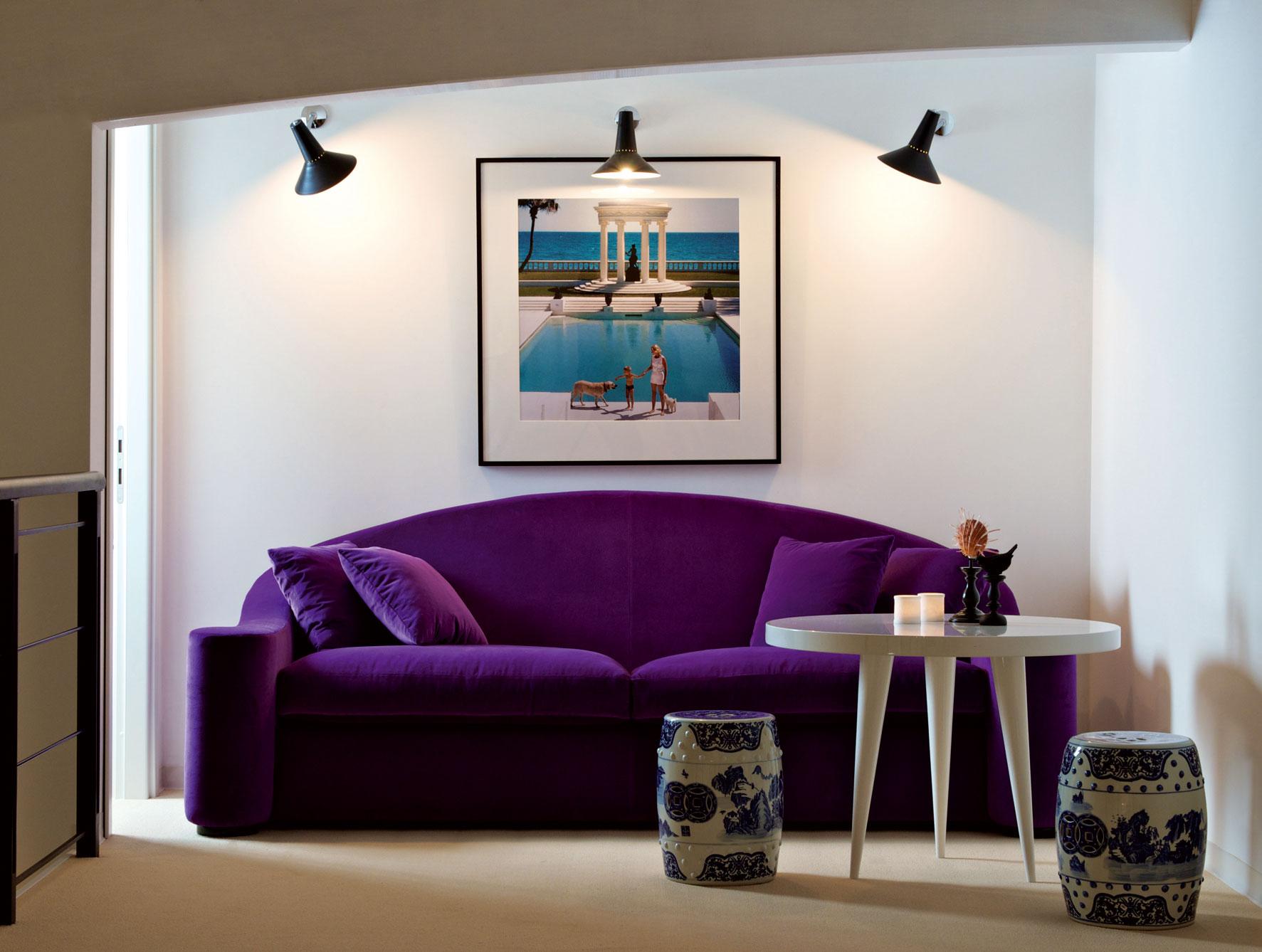 Фиолетовый бархатный диван