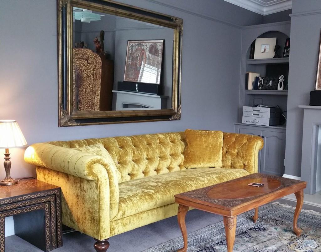 Желтый бархатный диван