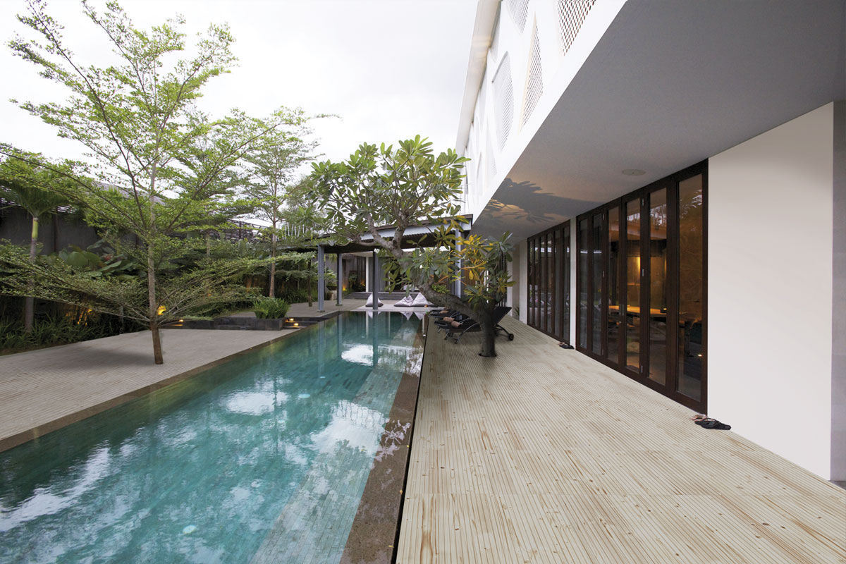 Садовый паркет у бассейна