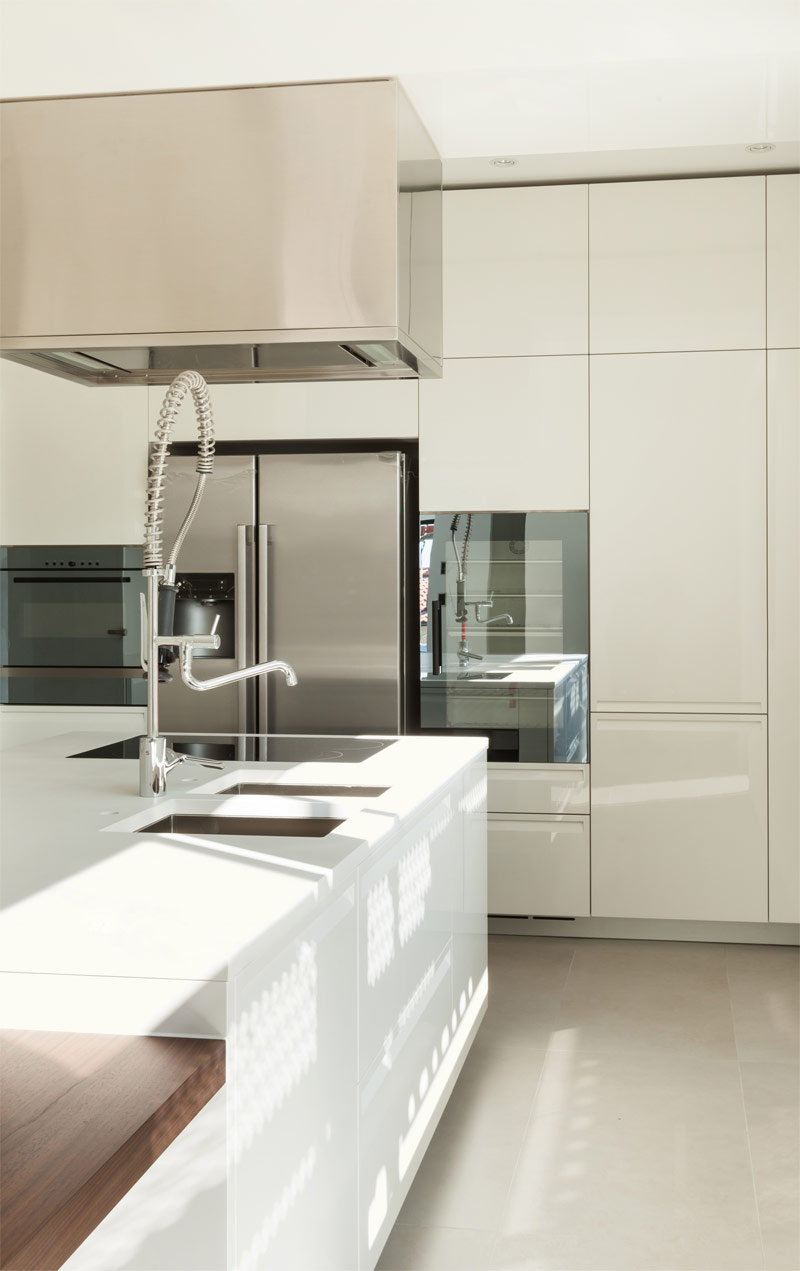 Бело-бежевая глянцевая кухня