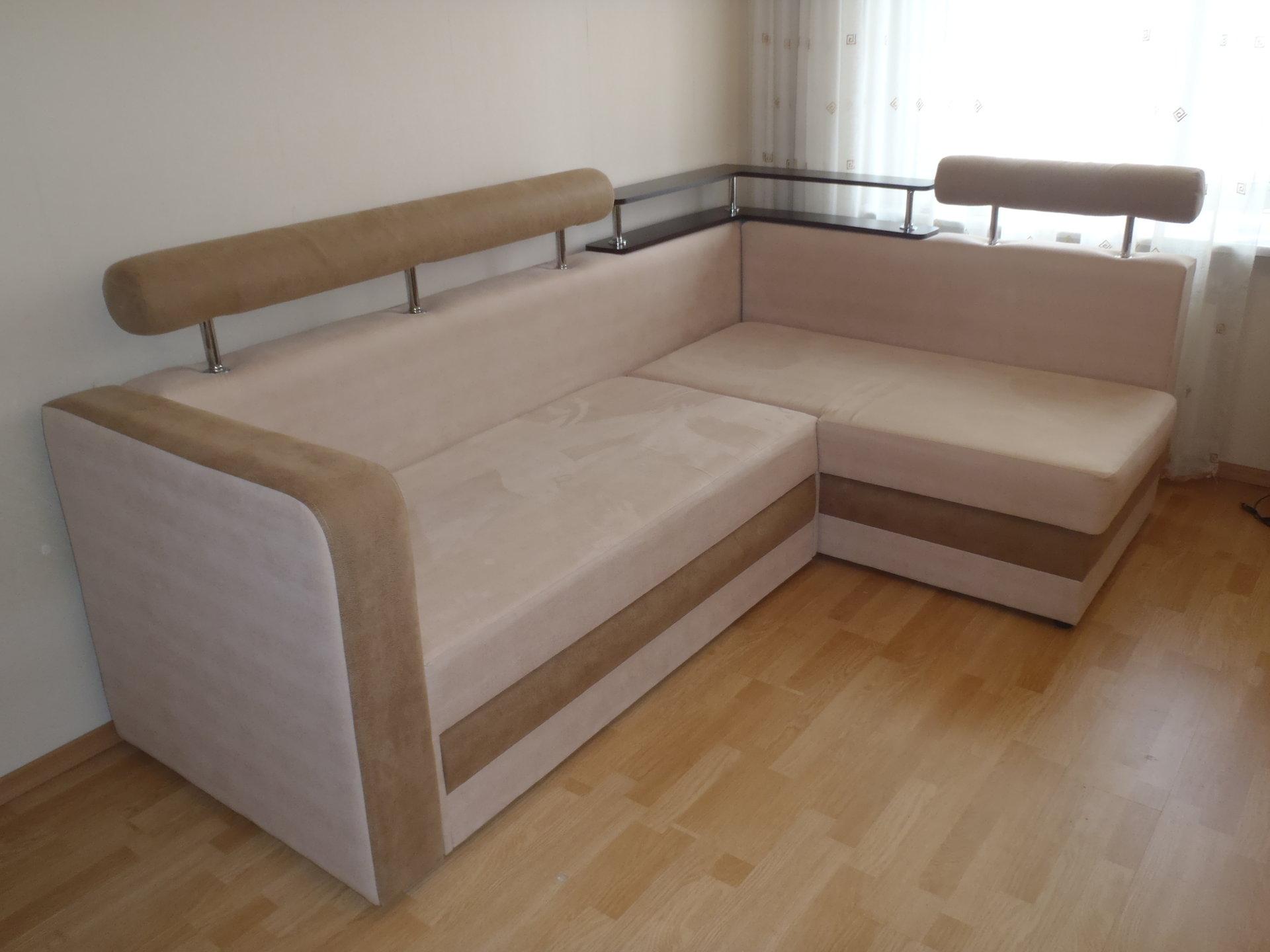 Бежевый диван на металлокаркасе
