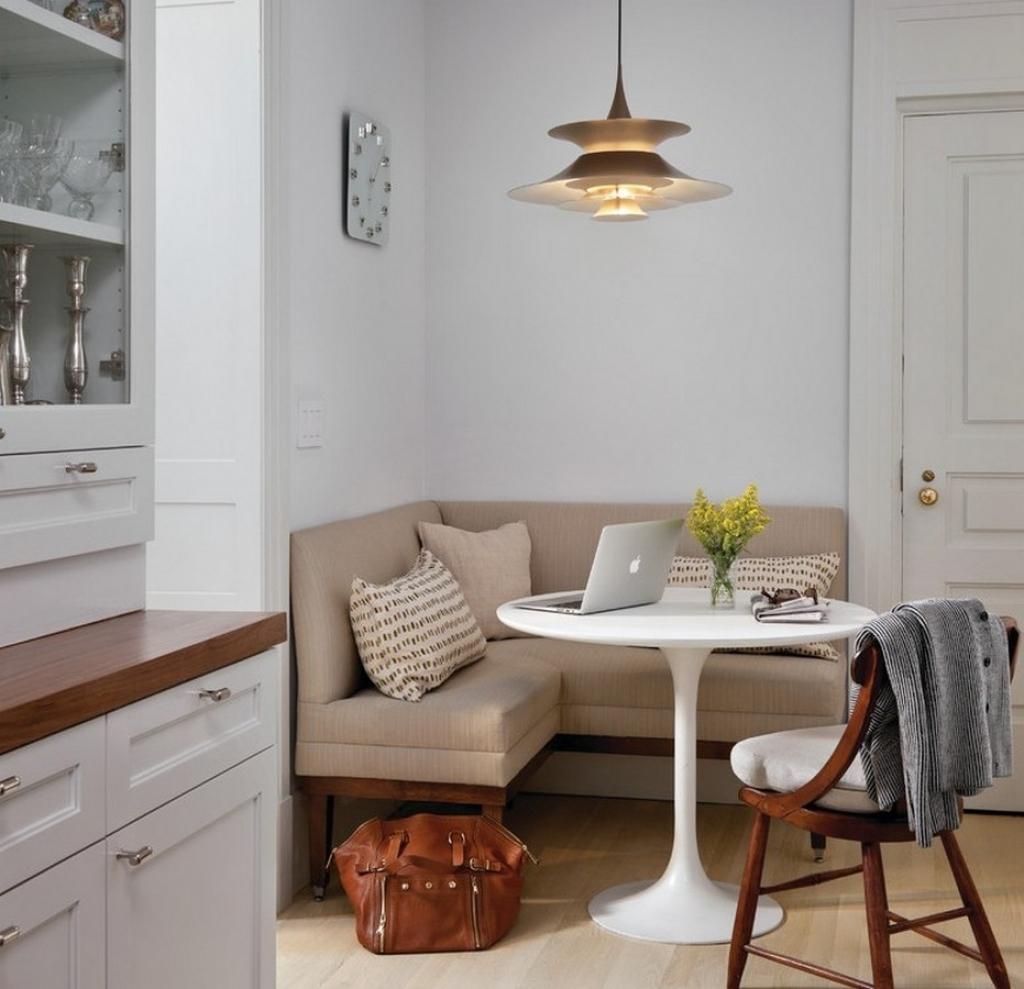 Угловой бежевый диван на кухню