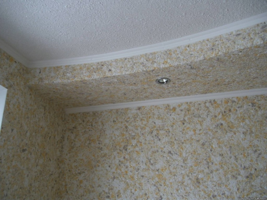 Бежевые жидкие обои на потолок