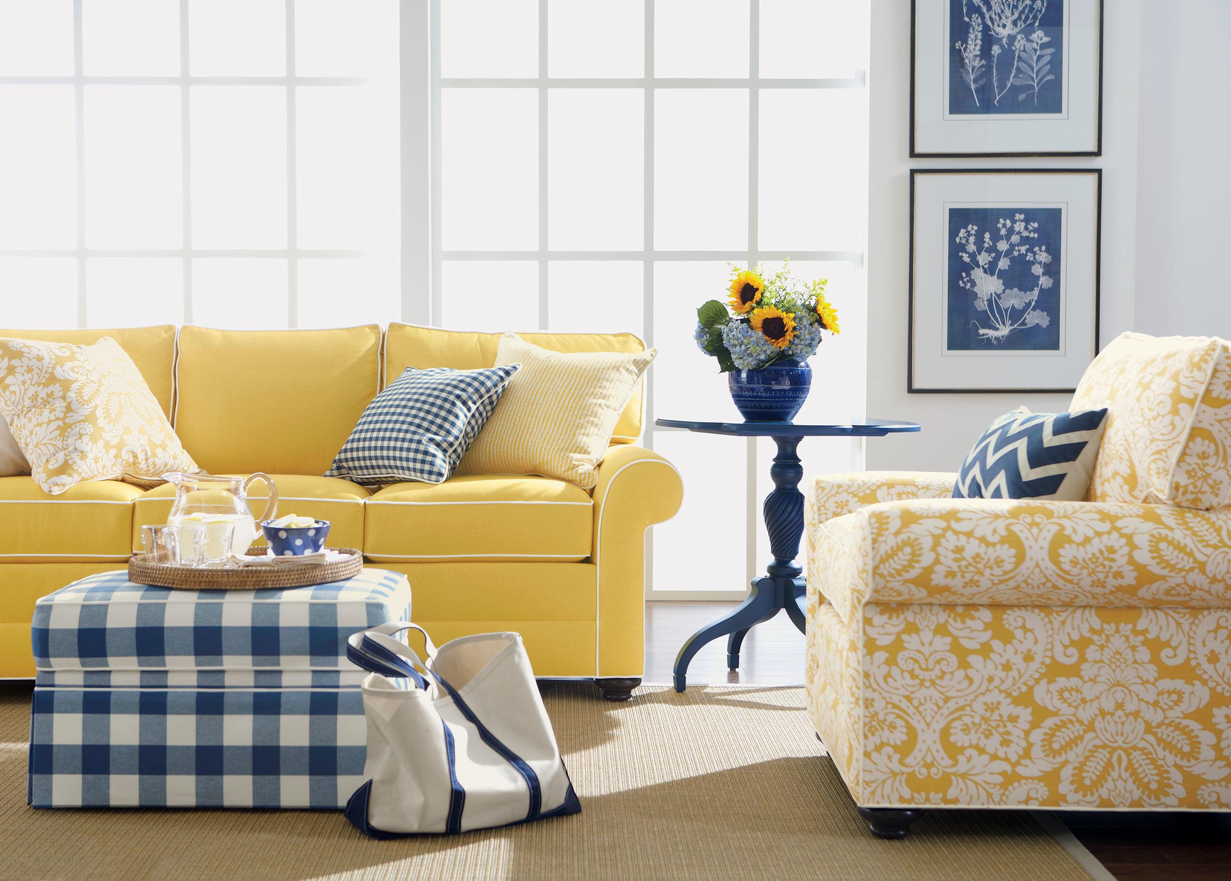 Желтый диван с белой окантовкой