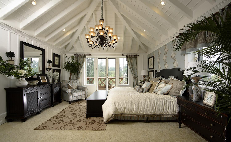 Белый деревянный потолок в спальне