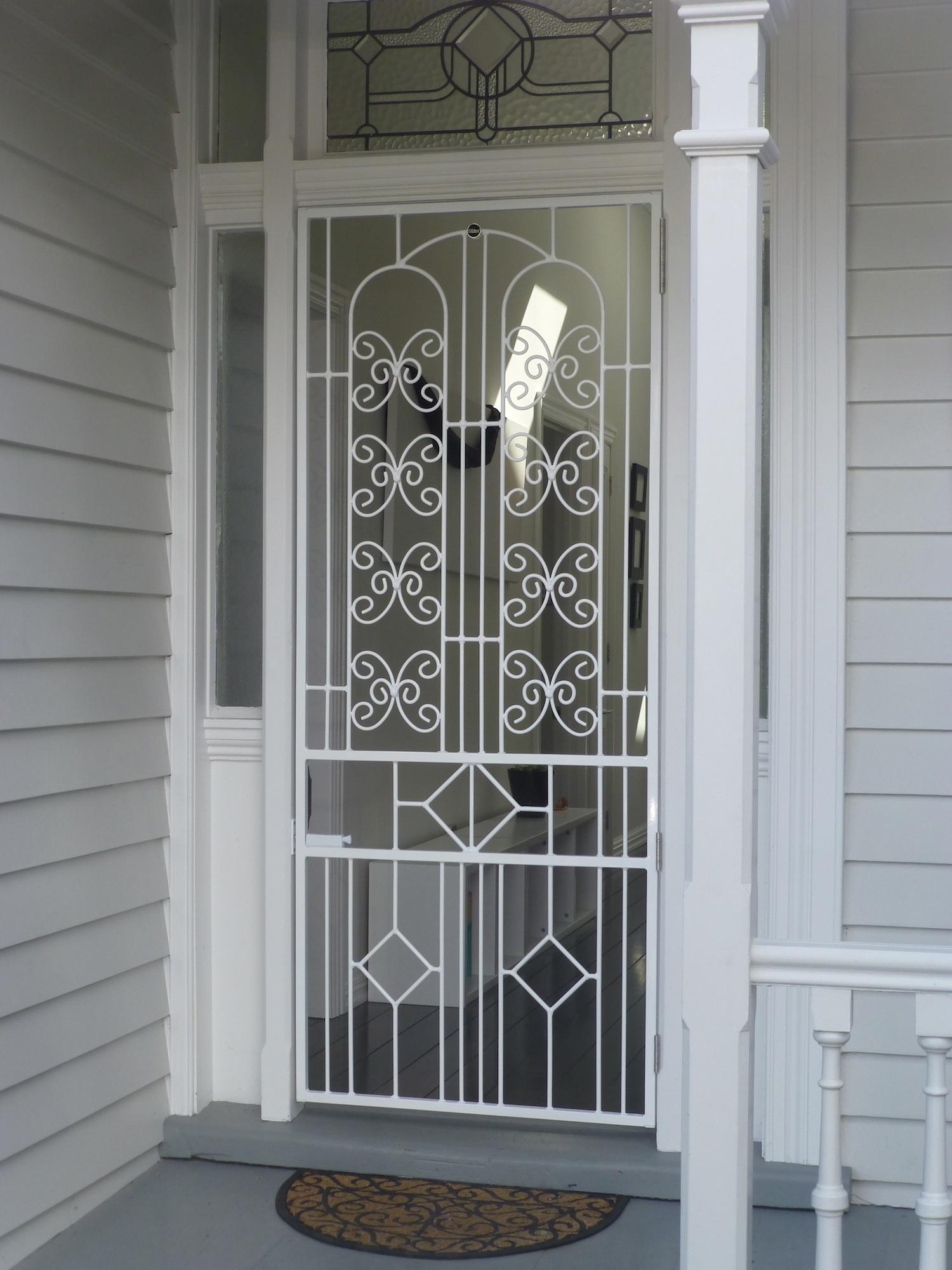 Белая кованая дверь