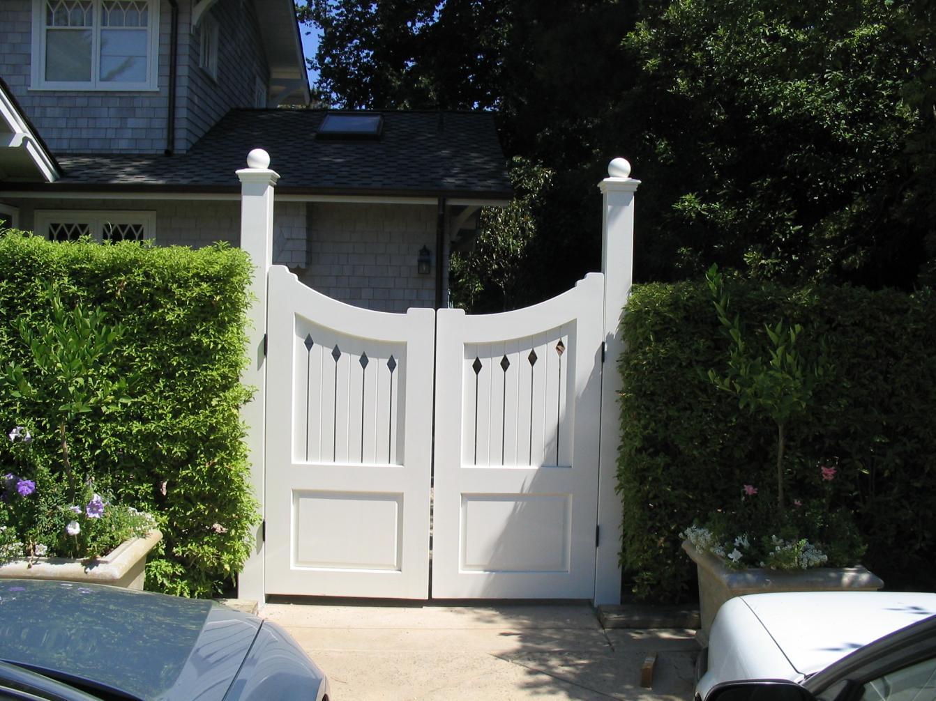 Деревянные белые ворота