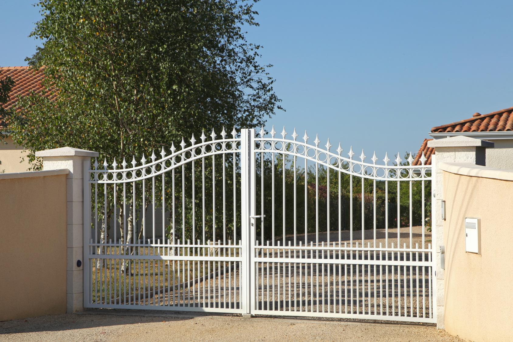 Белые стальные ворота