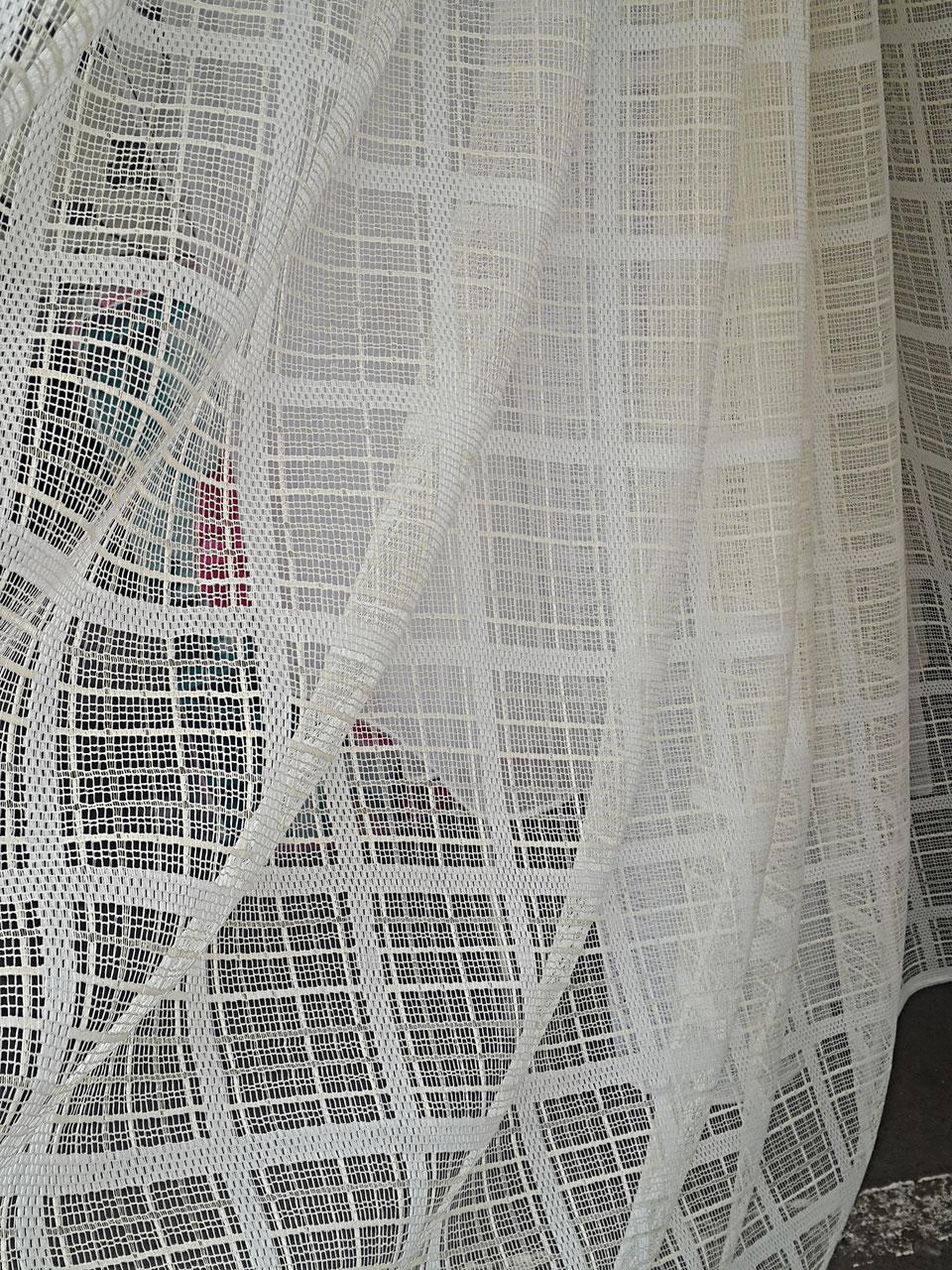 Белые шторы в сетку
