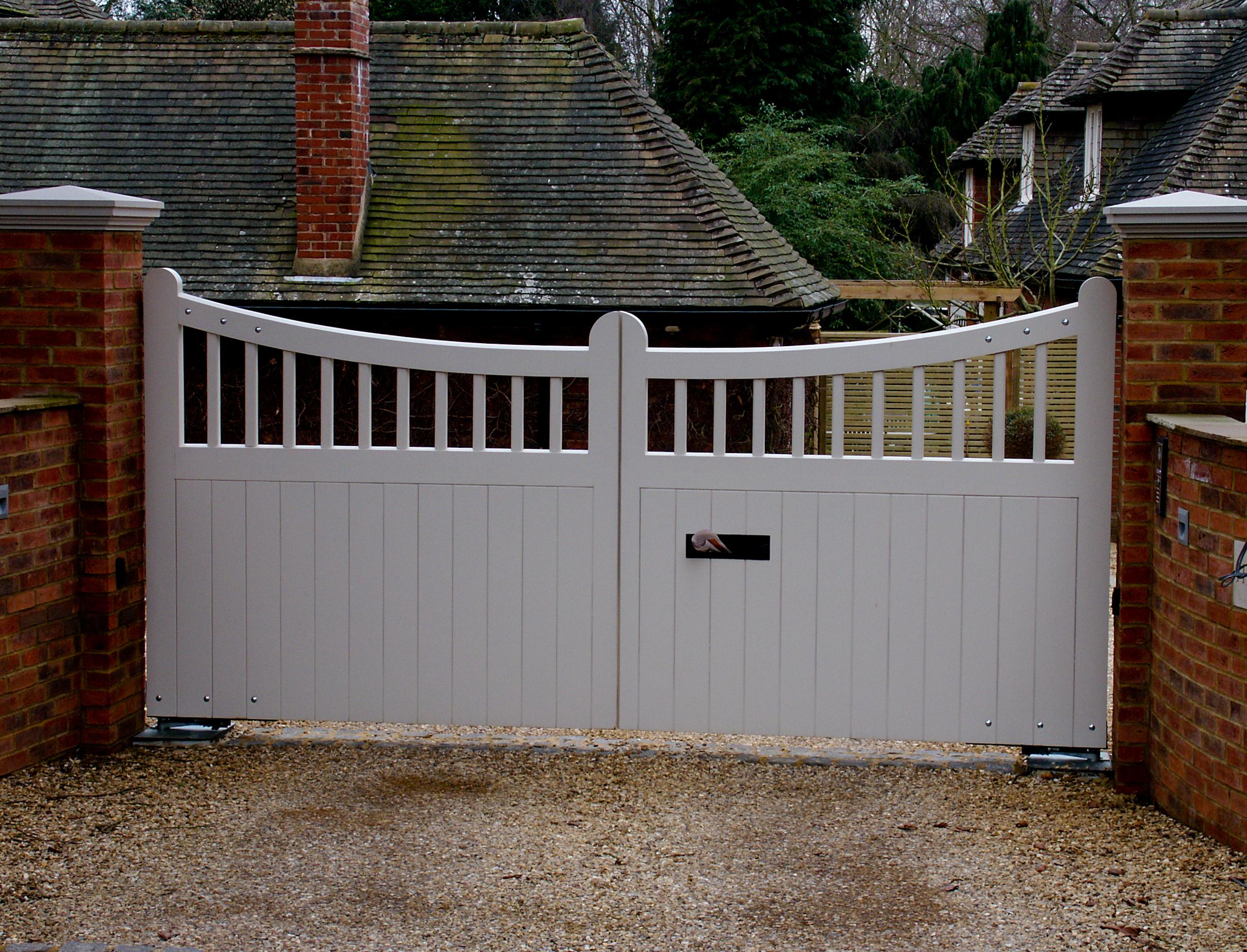 Белые распашные ворота