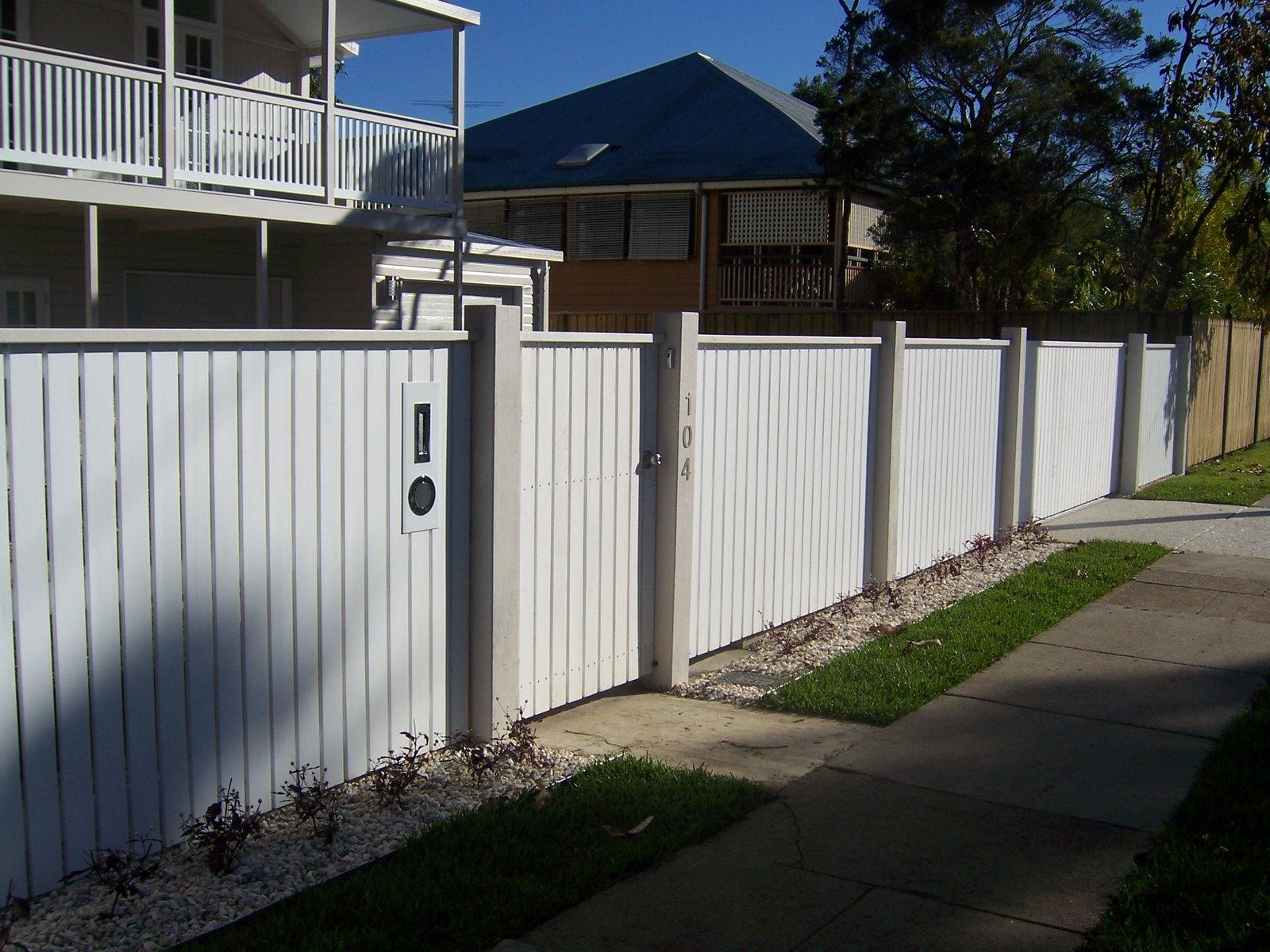 Белые вертикальные ворота