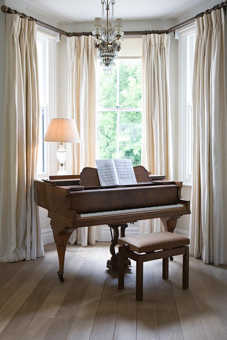 Белые шторы для эркера