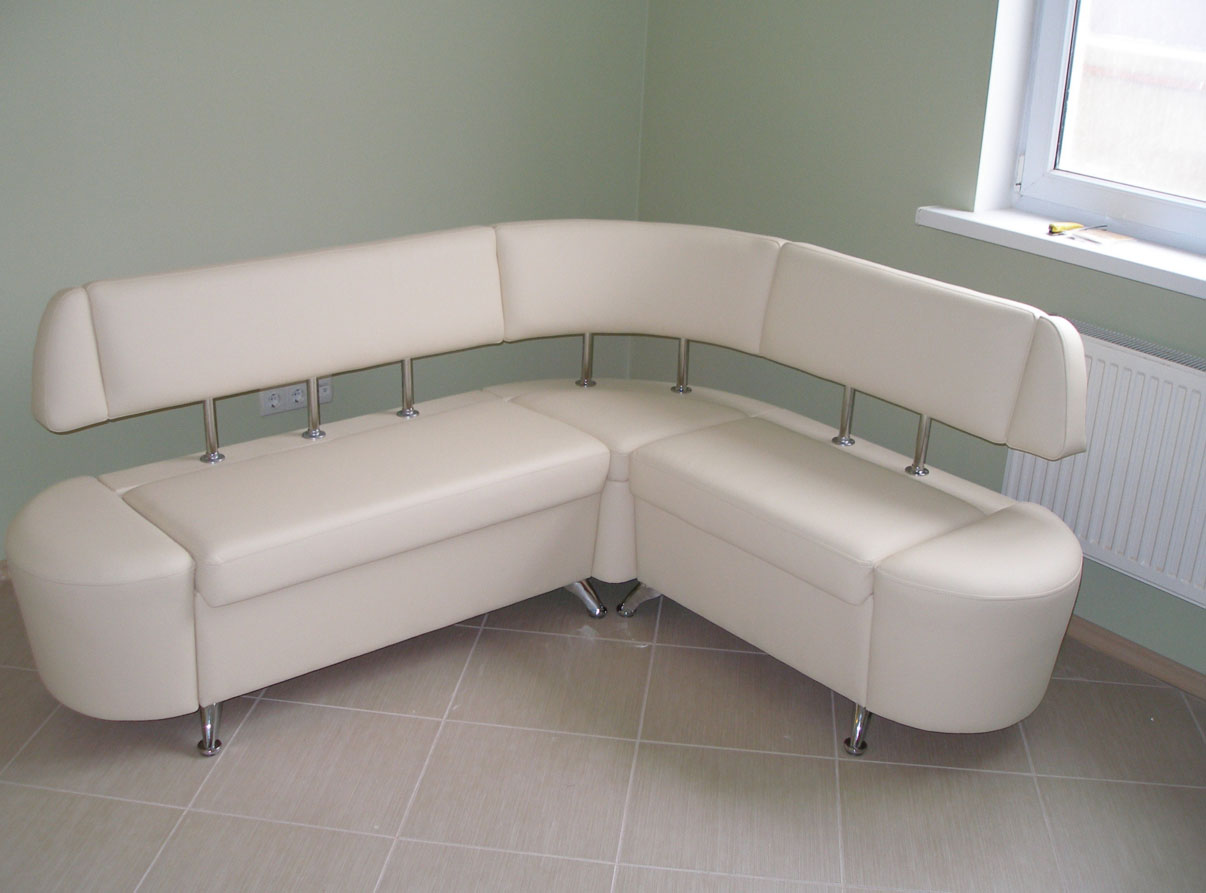 Угловой белый диван на кухню