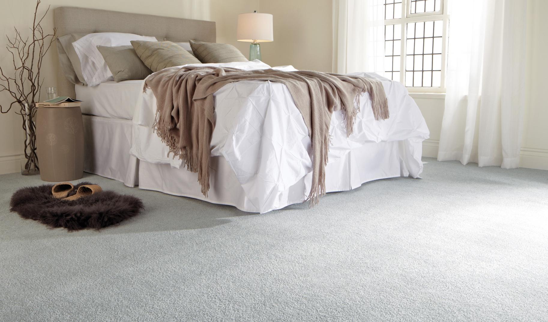 Белый ковролин на полу в спальне