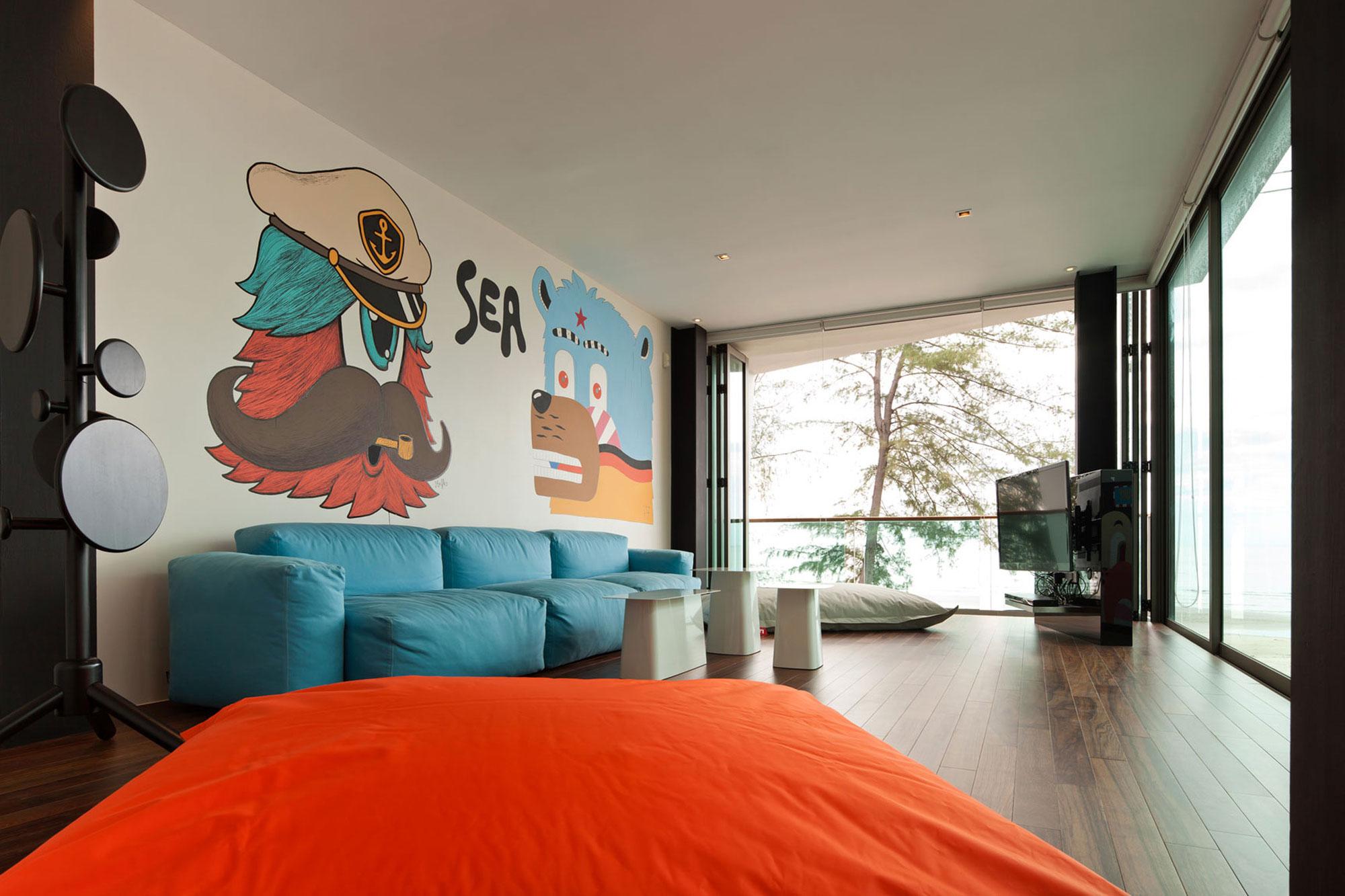 Бескаркасный голубой диван