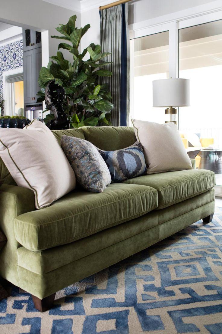 Зеленый болотный диван