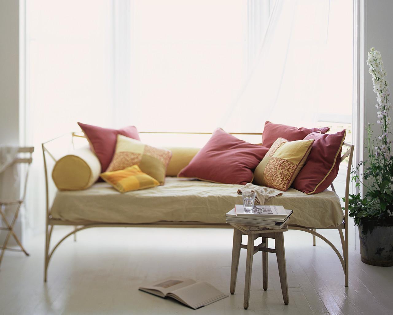 Бордовые диванные подушки