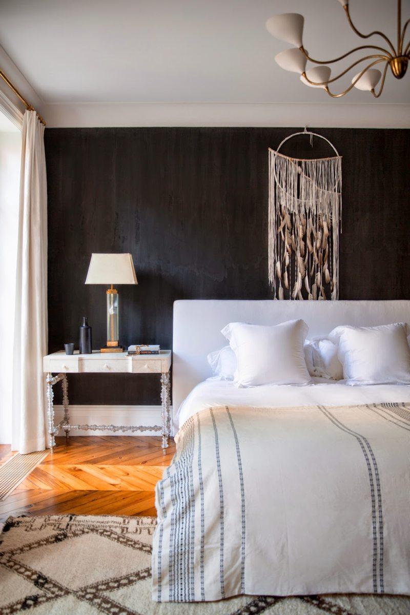 Спальня в хрущевке с черными стенами
