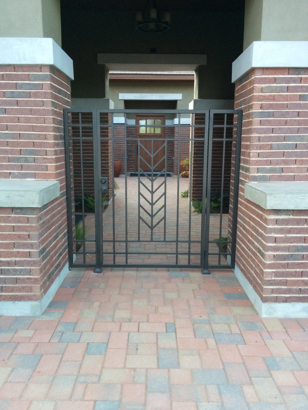 Черные стальные ворота