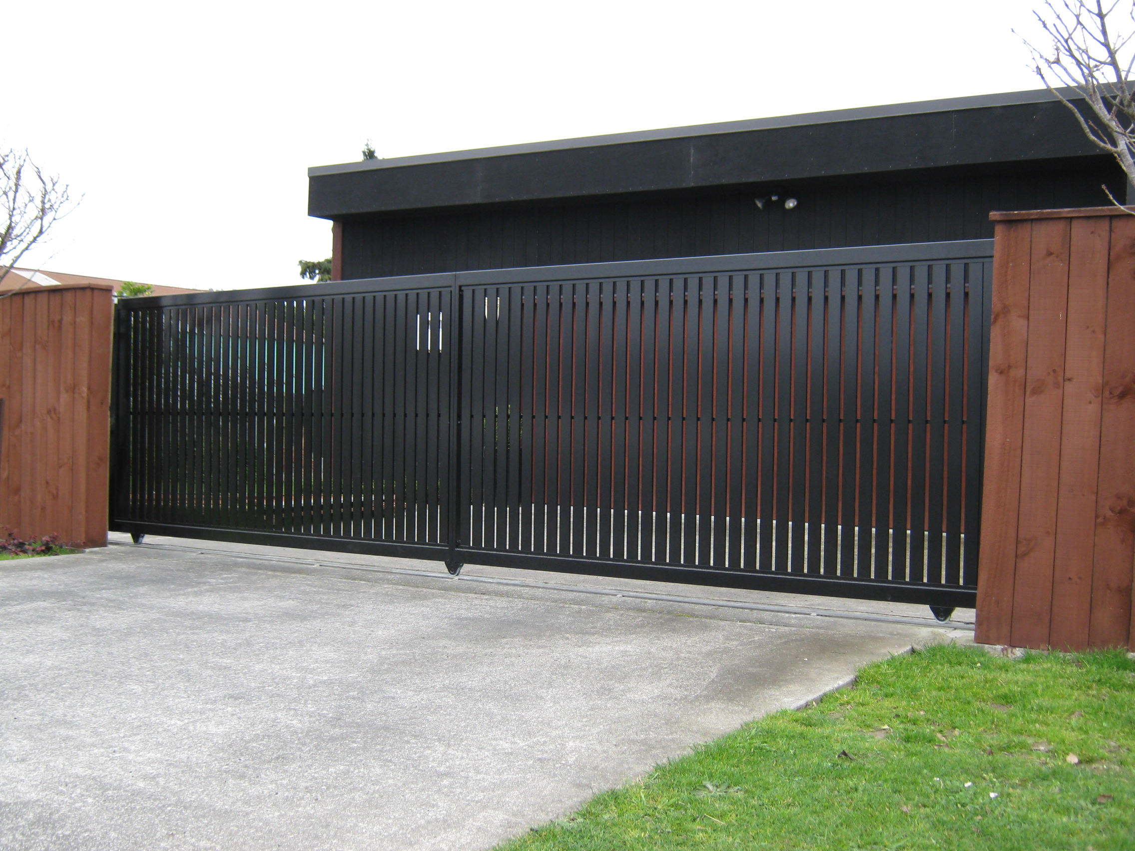 Черные вертикальные ворота
