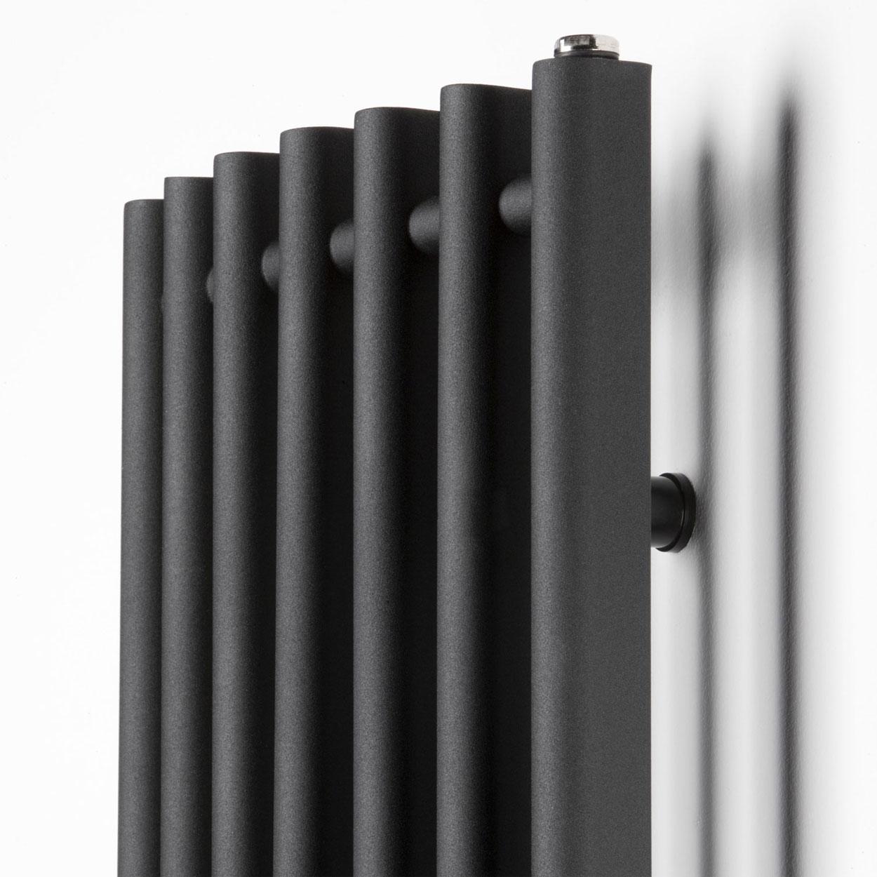 Черный вертикальный радиатор