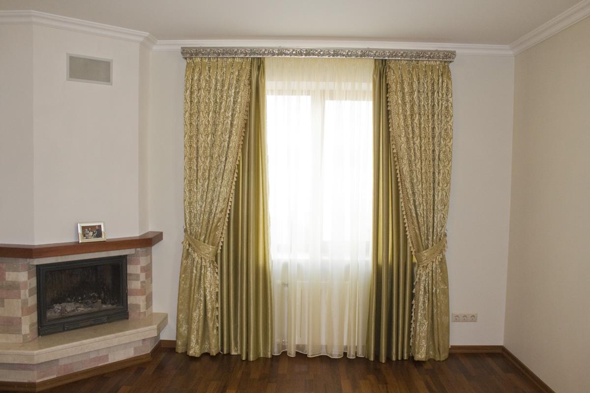 Золотые шторы в классическом стиле
