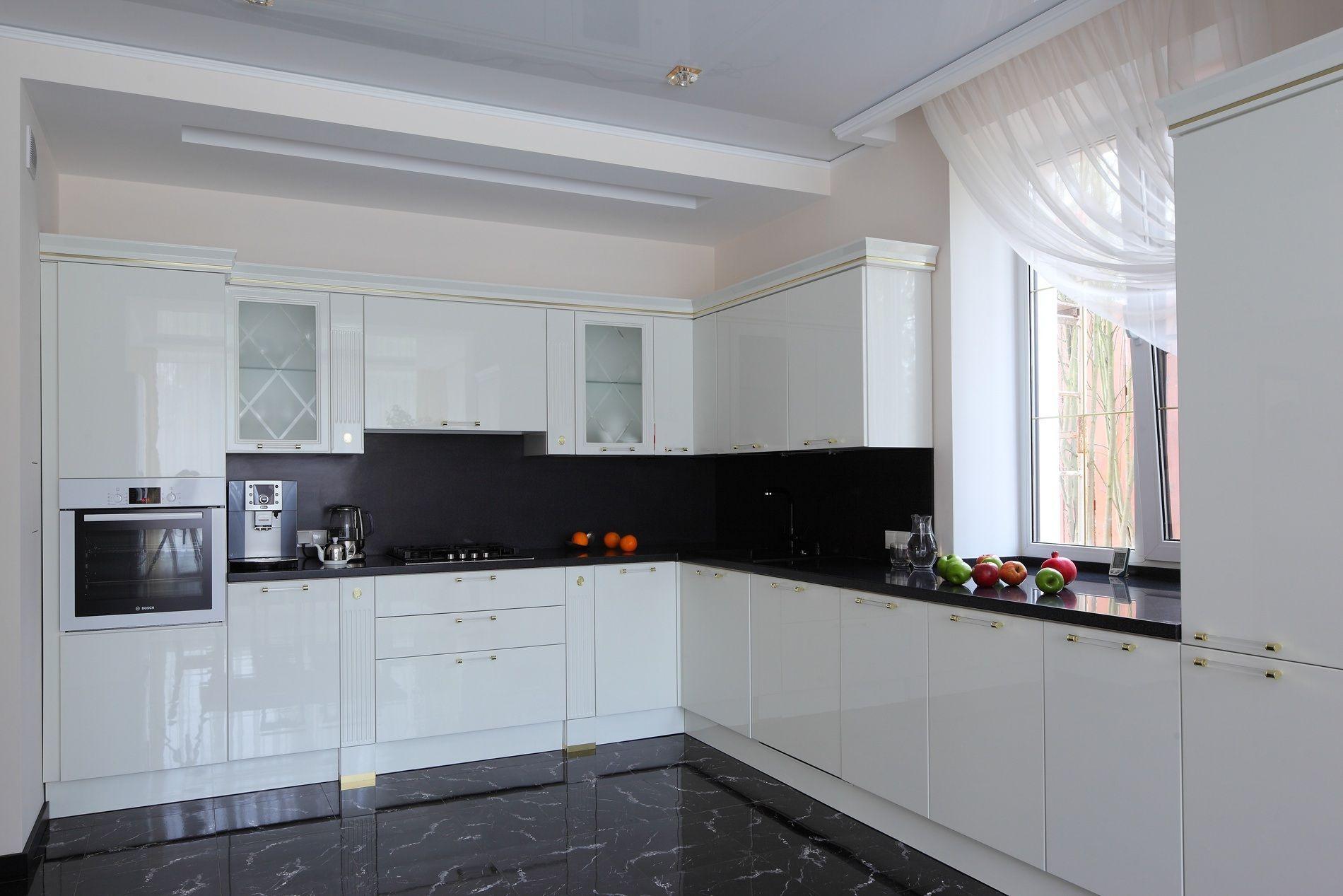 Белая глянцевая кухня в классическом стиле