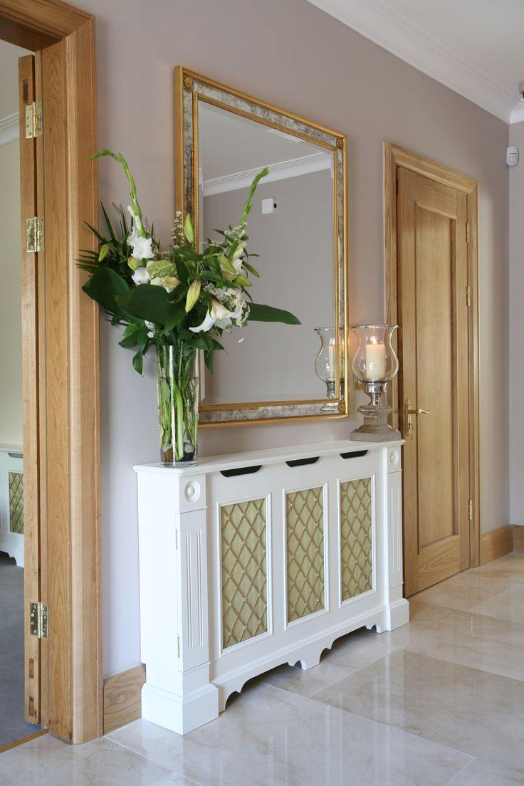 Прихожая в классическом стиле для узкого коридора