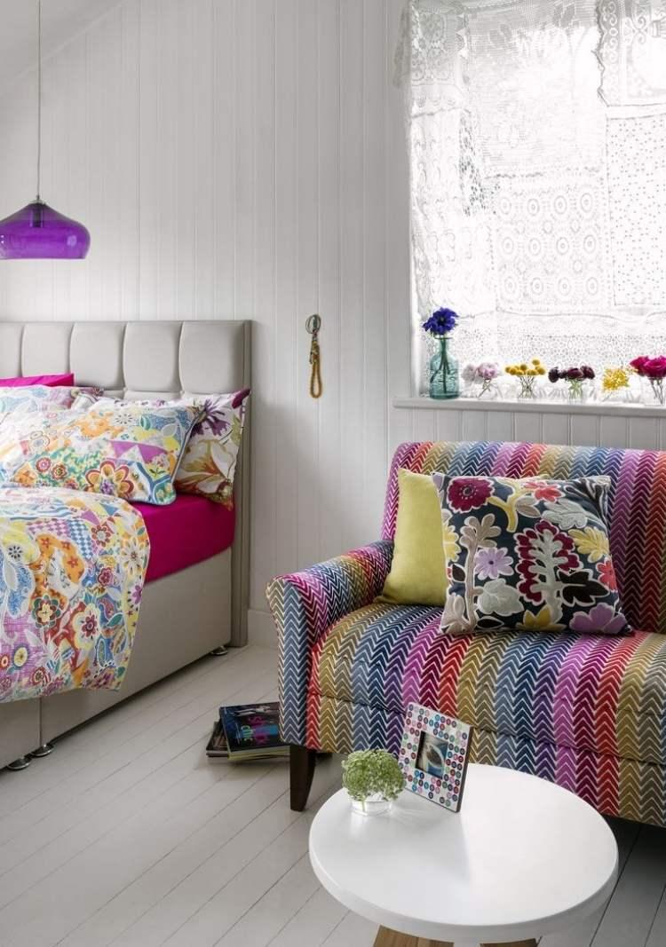 Разноцветный диван для спальни