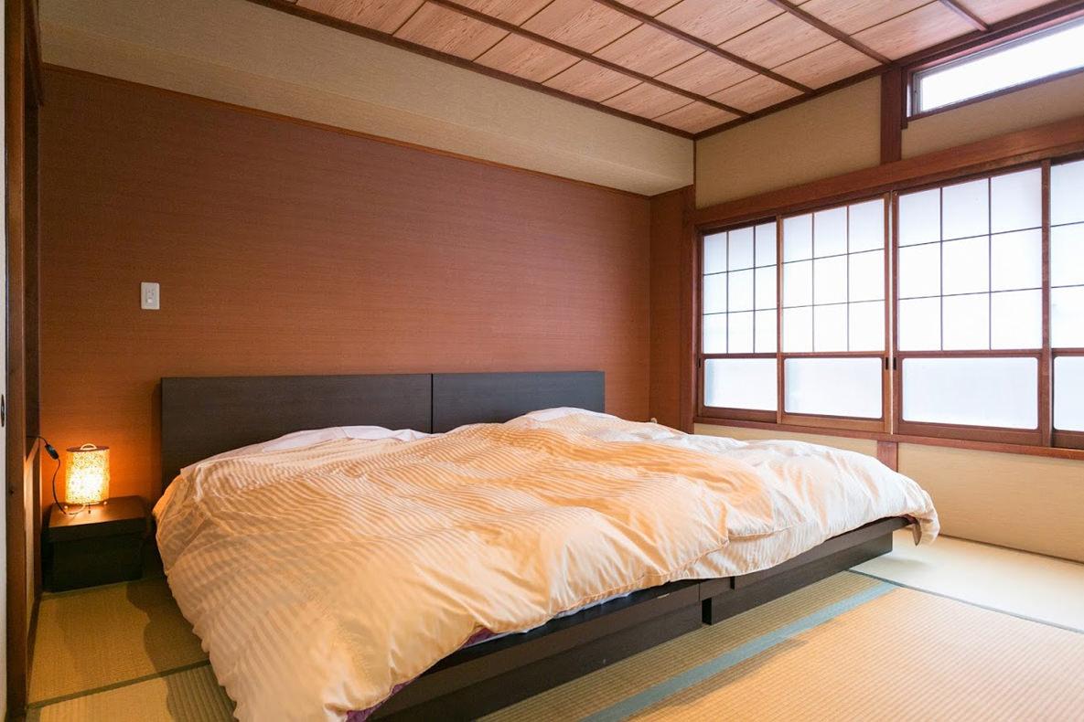 Терракотовая спальня в японском стиле