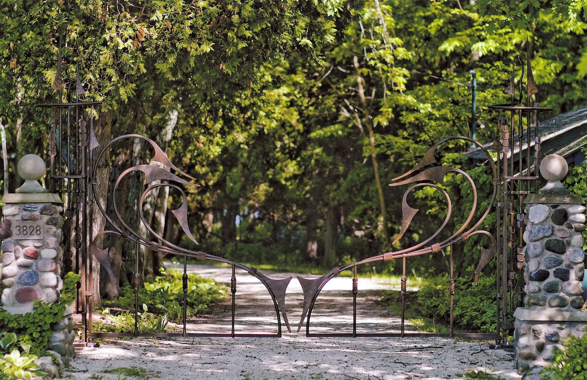 Ворота из профильной трубы с декором