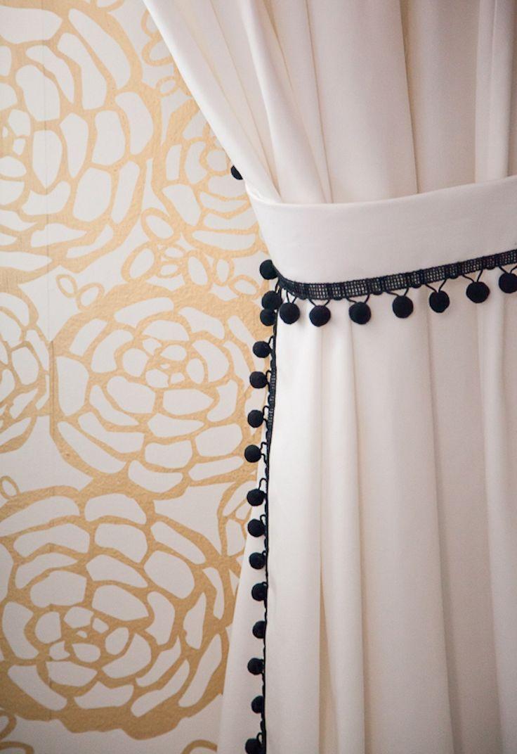 Белые шторы с черным декором