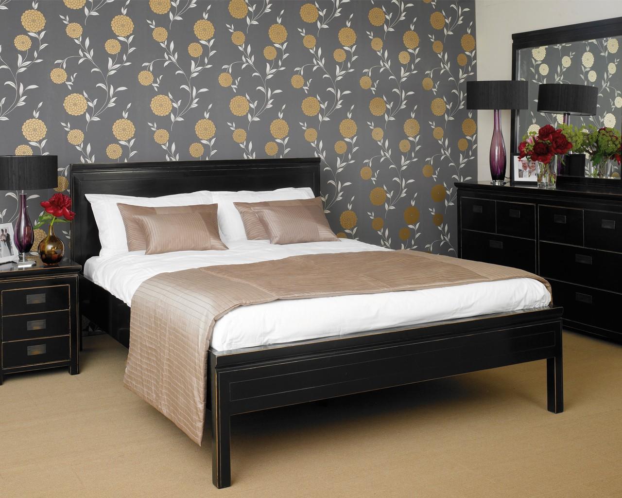 Черная деревянная кровать