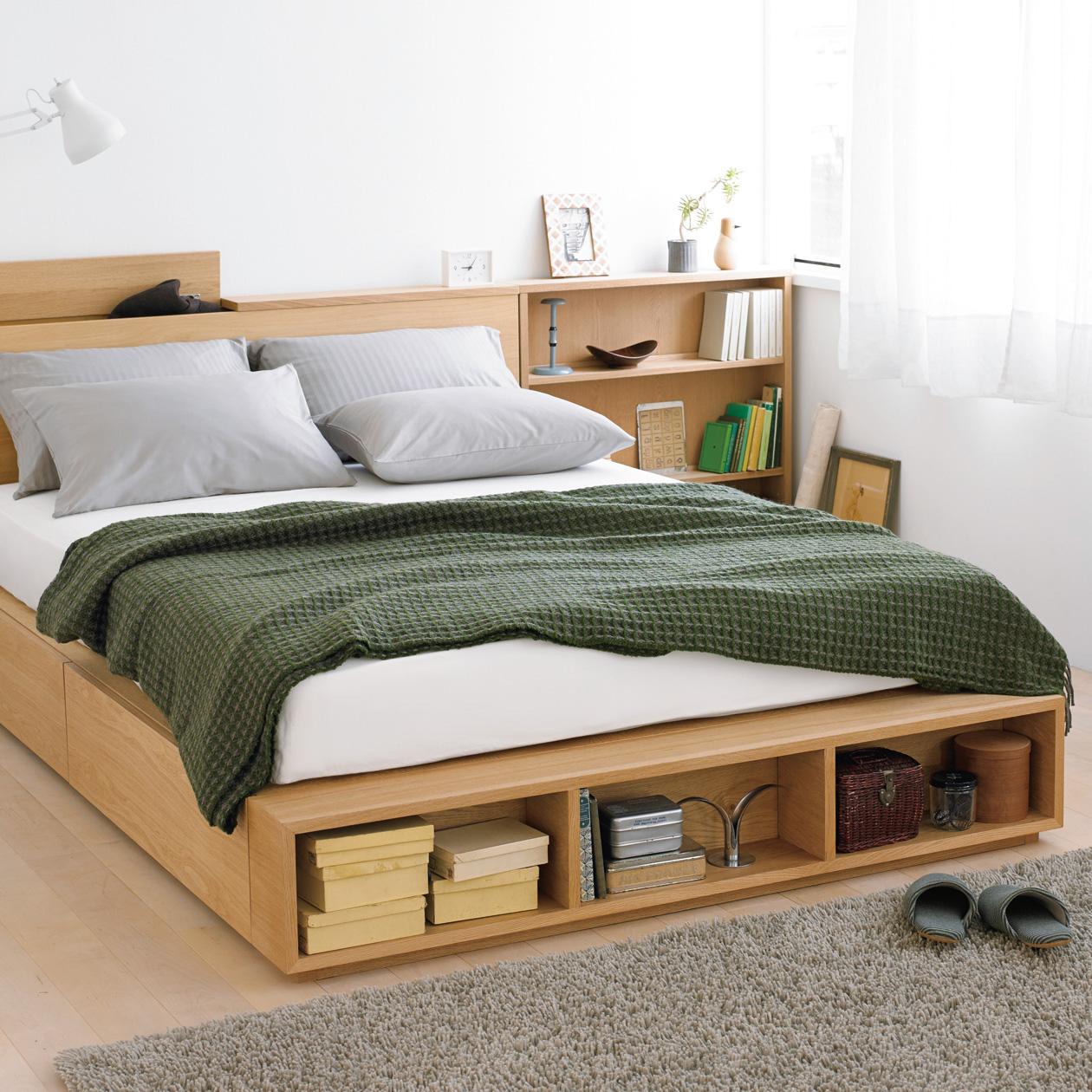 Деревянная кровать с полкой