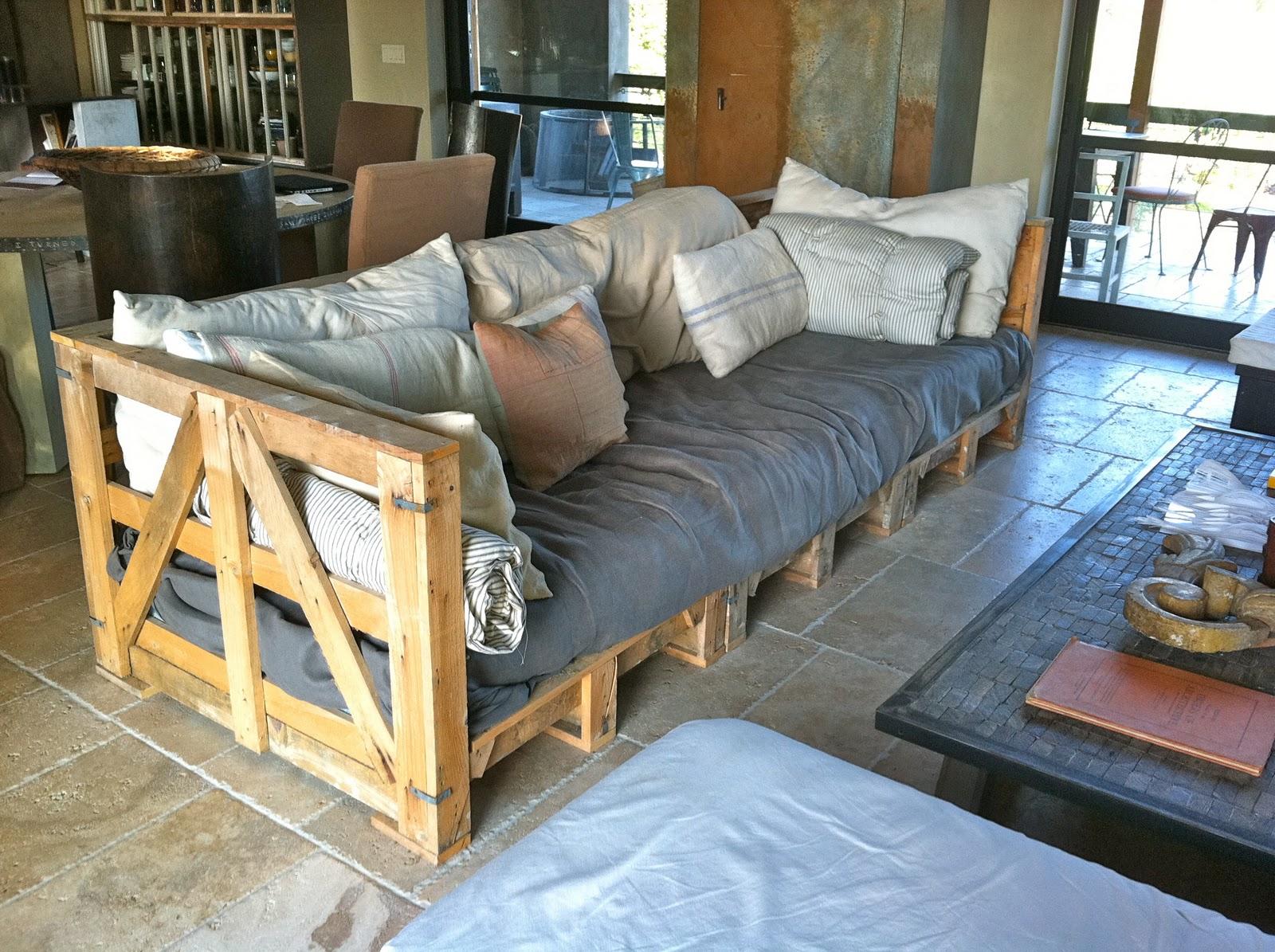Деревянный диван из паллет