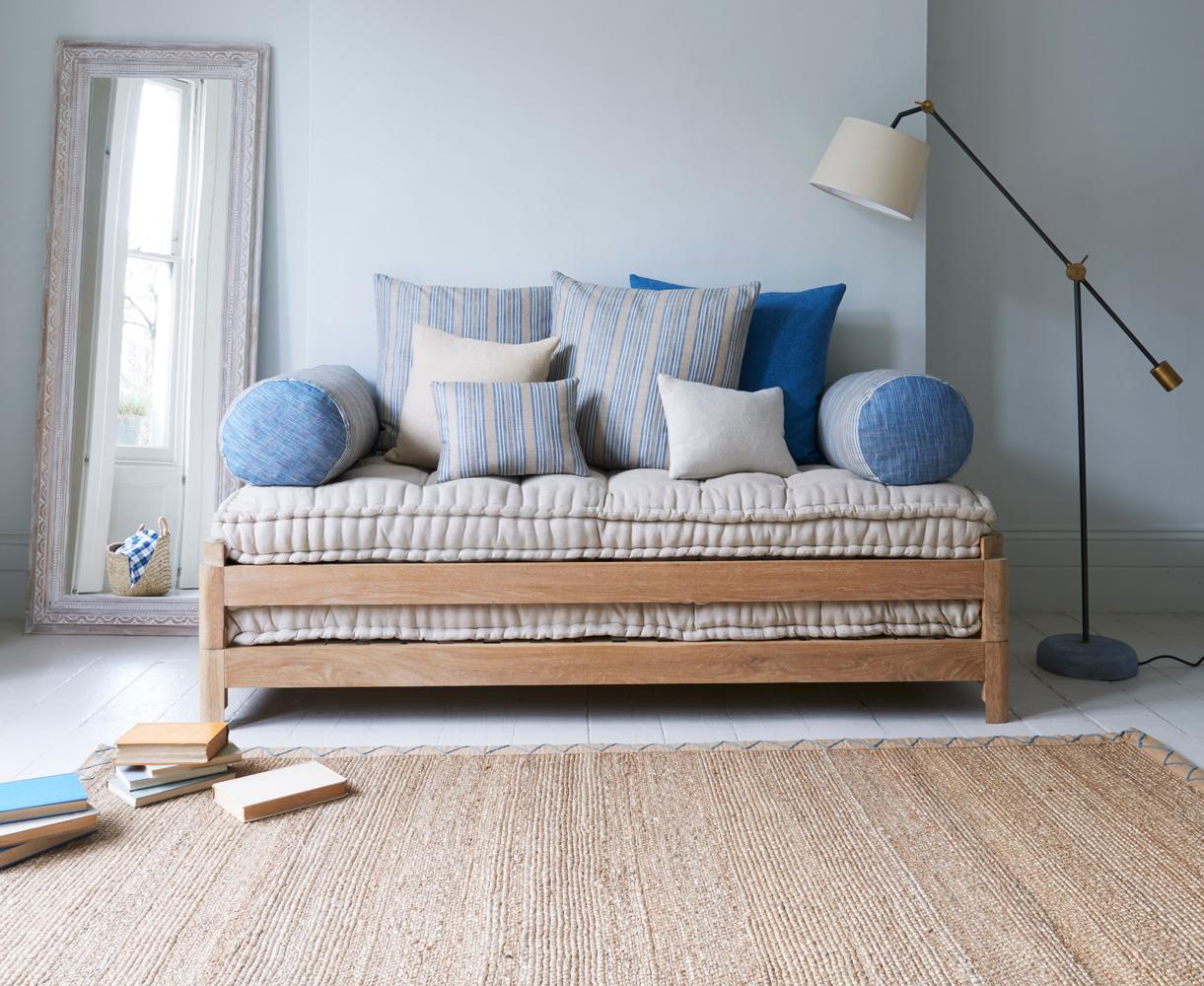 Деревянный диван кушетка